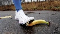 (helga li reapload) crush in white converse bananas